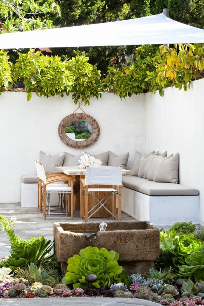 aménager son jardin avec des voilages blancs et des coussins en taupe