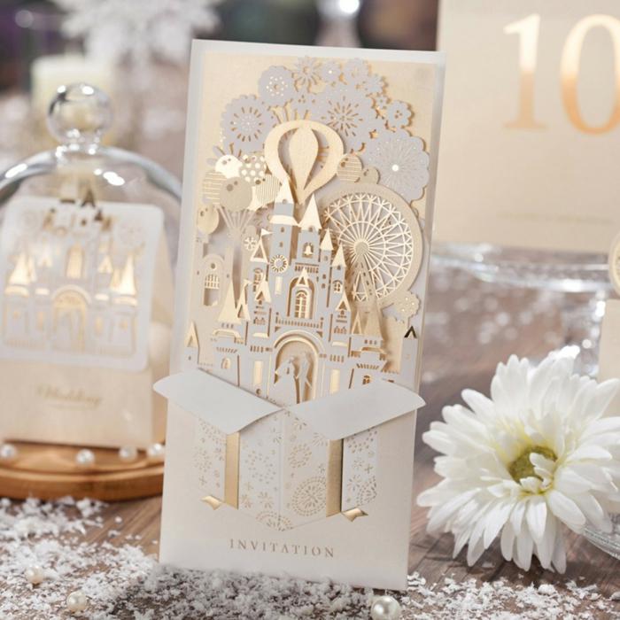 Adorable idée pour un faire part de mariage à la forme de château de boite