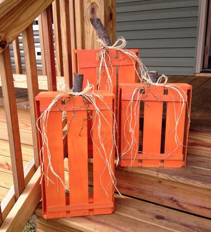 bricolage avec des cagettes en bois oranges à l entrée d une maison, activité manuelle sur l automne pour adultes