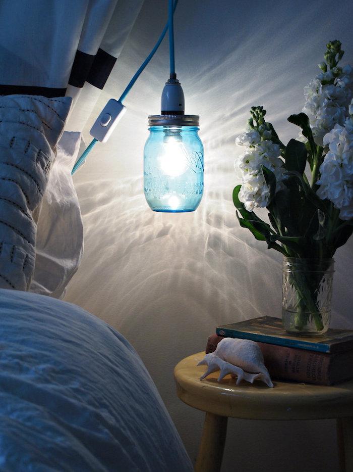 activité manuelle, vase en verre avec bouquet de fleurs blanches, lampe suspendue en corde bleue
