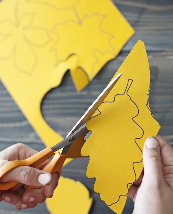 des feuilles mortes imprimées sur du papier coloré, découper des feuilles dans du papier, activité manuelle automne maternelle
