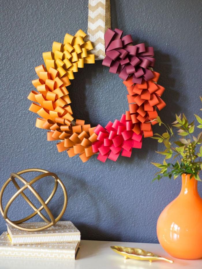 une couronne automnale de petits bouts de papier pliées en deux et collées sur un cercle en carton, deco automne a faire soi meme
