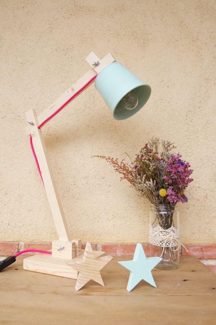 lampe de chevet, mur peint en beige, bocal décoré en dentelle avec bouquet de fleurs sechées