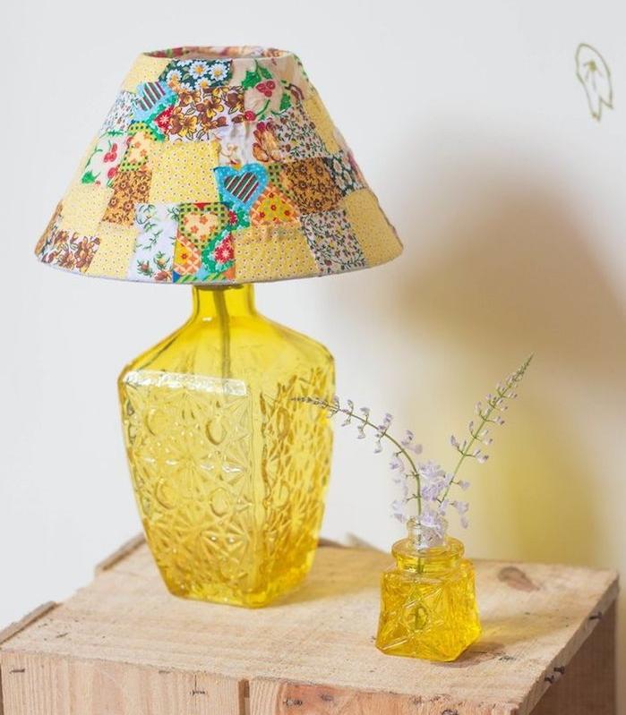deco a faire soi meme, grande bouteille en verre jaune transformée en lampe de chevet