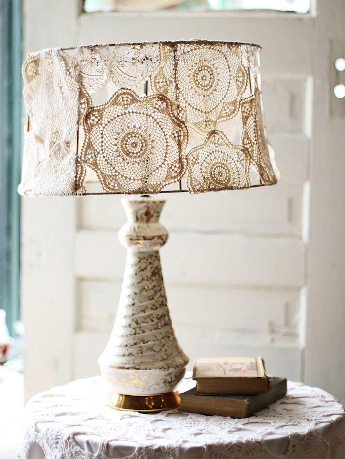 idée bricolage, déco de maison style champagne, lampe corps blanc à motif dorés