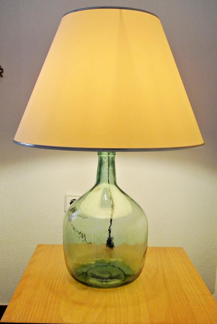 activité créative, récipient en verre vert utilisé pour faire une lampe de chevet jaune