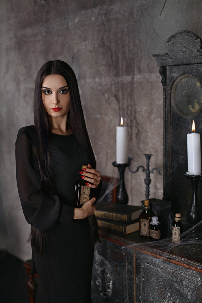 1001 id es comment adopter le look de morticia addams. Black Bedroom Furniture Sets. Home Design Ideas