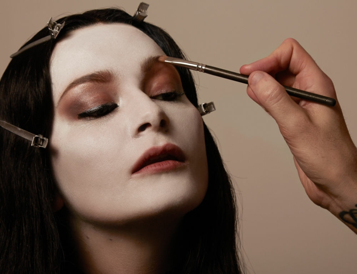 Tutoriel maquillage pas à pas maquillage halloween blanc peau lèvres rouges Morticia Addams maquillage Halloween