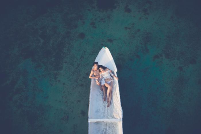 Excellente photo de couple amoureux photo cute couple plage sur l'eau bâteau cool photo de drone
