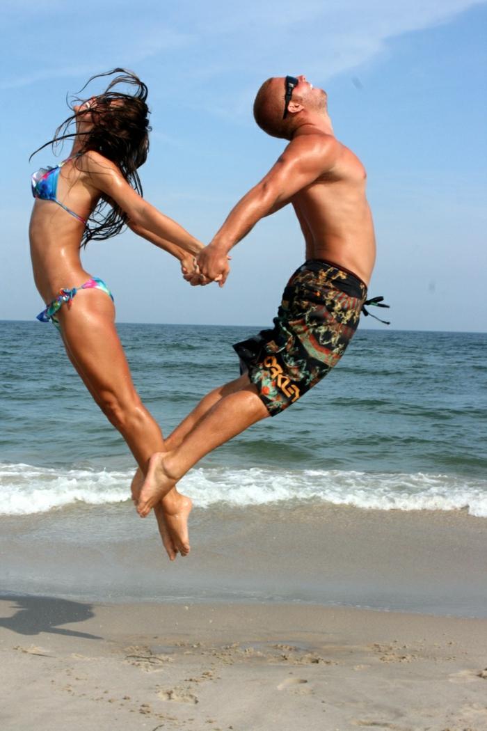 Adorable photo de couple trop mignon idée de pose pour photo coeur corps sauter
