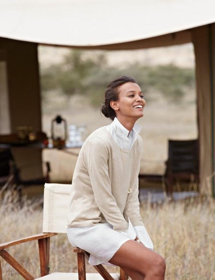 Jolie fille souriante vêtements de voyage robe saharienne robe chemisier blanche avec joli pull