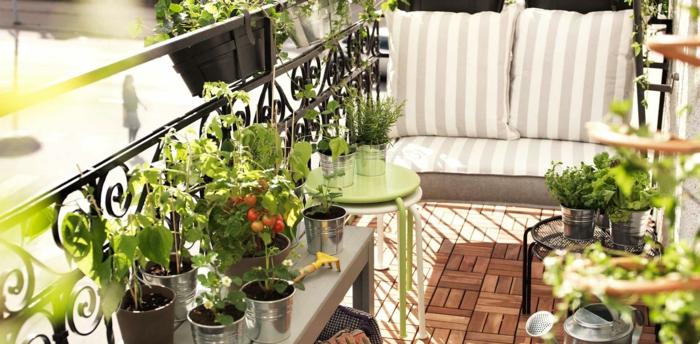 aménager sa terrasse, petit balcon avec revêtement en bois, canapé, assise bris et blanc, plantes vertes, tables basses, potager balcon