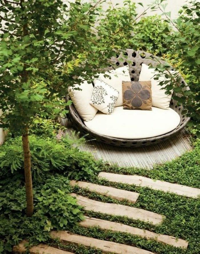 exemple d aménagement de jardin avec grand lit en rotin tout rond