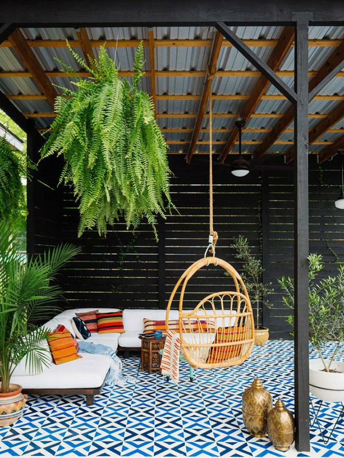 aménager un petit jardin de type pergola et plusieurs plantes vertes espace couvert pour le mauvais temps