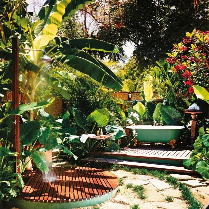 amenagement jardin grandes plantes vertes et baignoire peinte en vert pour les baignades en plein air