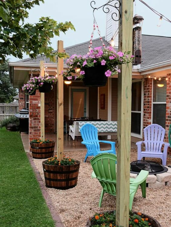 exemple d aménagement de jardin avec des pots pendants tout petit espace pour relaxer