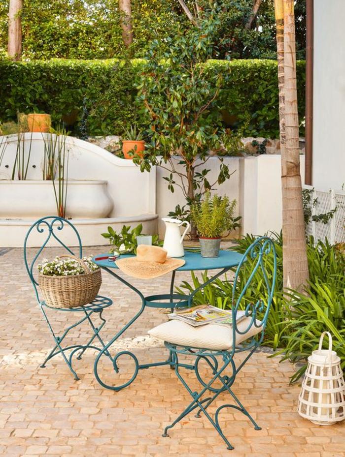 exemple d aménagement de jardin avec des meubles en métal coloré en turquoise jardin de style mediterranéen