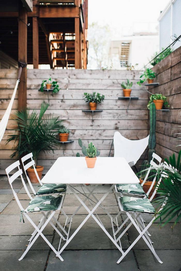idee amenagement exterieur avec des meubles de jardin pliants avec des coussins en vert et blanc