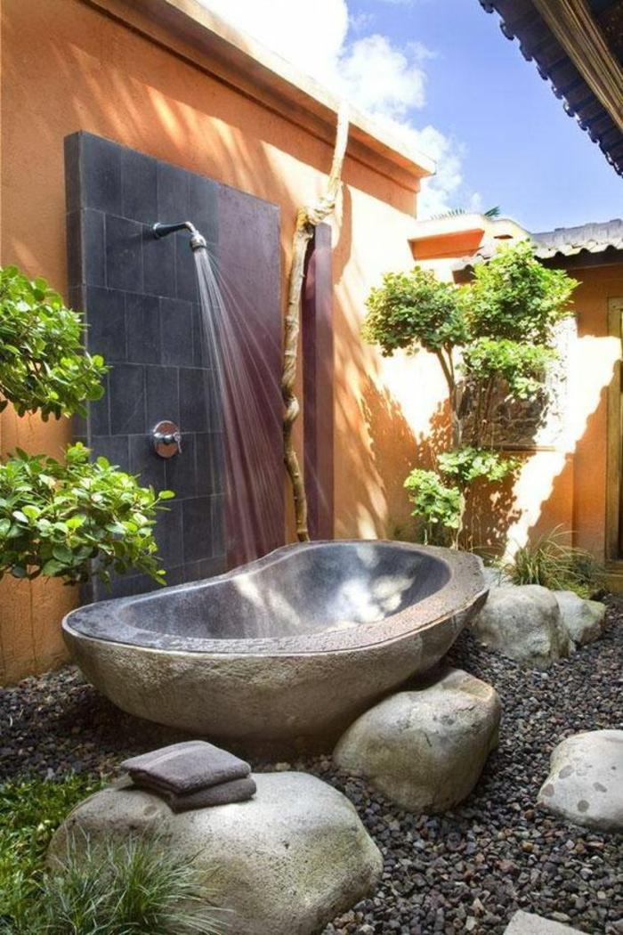 comment aménager son jardin avec une baignoire en pierre et une douche
