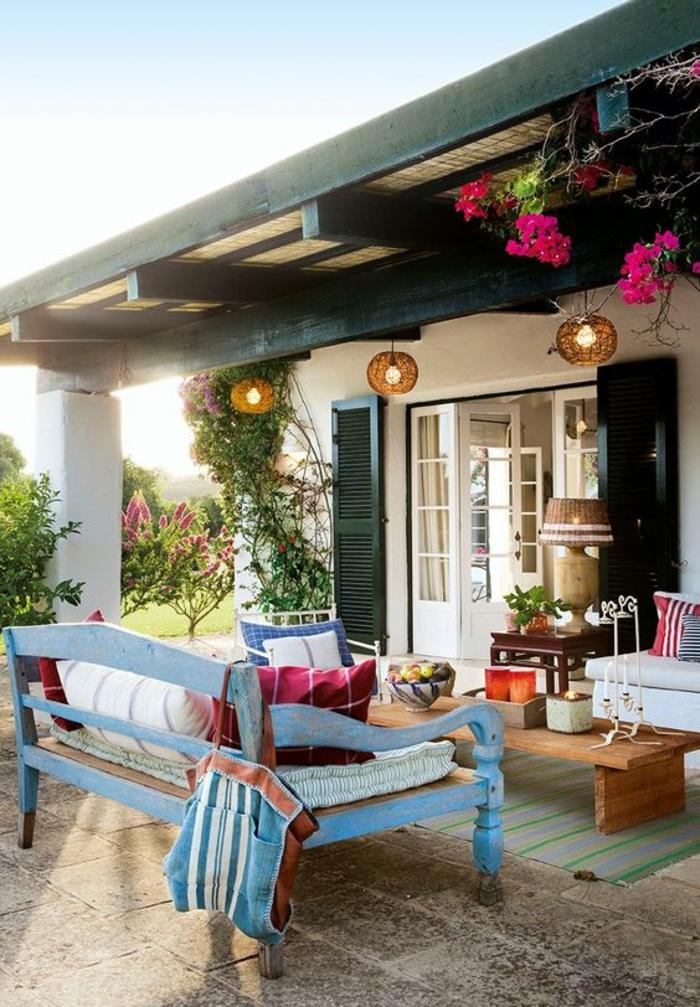 comment aménager son jardin avec une pergola et des meubles colorés