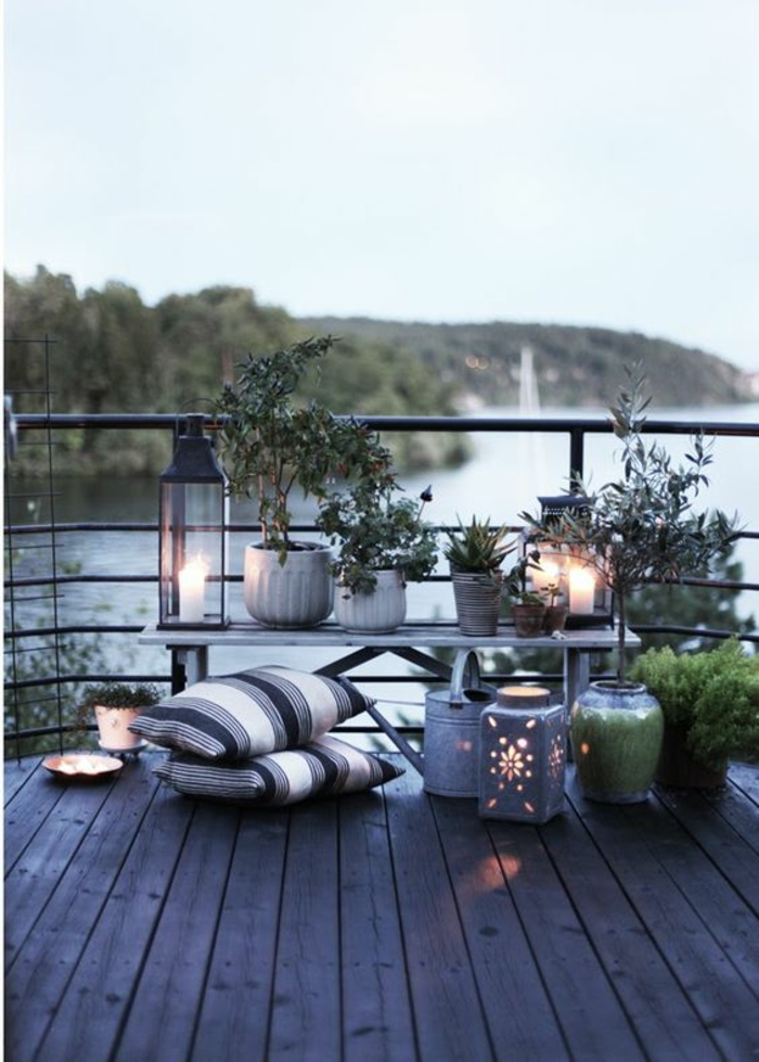 exemple d aménagement de jardin avec des coussis a rayures bleues blanches et grises