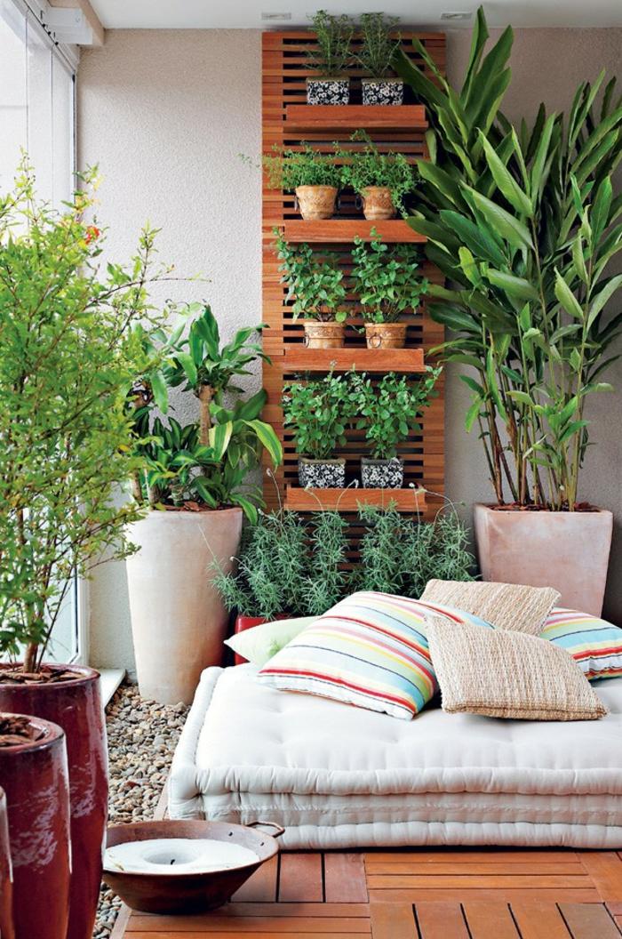 exemple d aménagement de jardin avec un grand matelaset un mur aux étagères pour fleurs