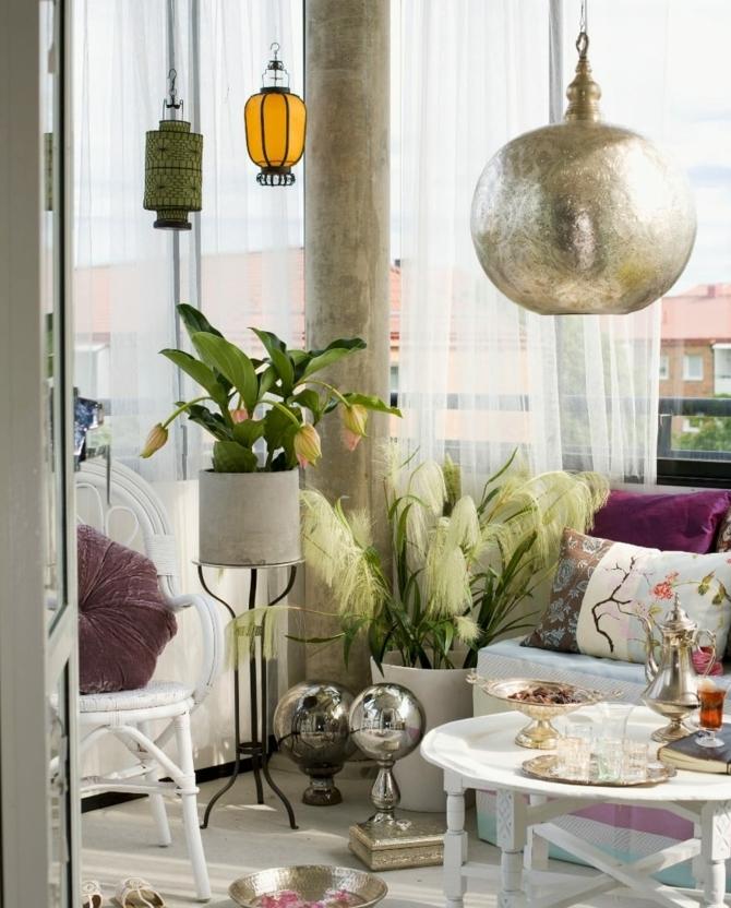 idee terrasse avec canapé blanc, coussins colorés, table basse blanche, lanternes design, accessoires decoratifs orientaux, chaises blanches, plantes vertes