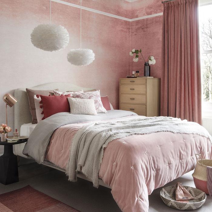 chambre cocooning féminine, mur peinture blanc et rose, linge de lit rose, gris et rouge, suspensions blanches intéressantes, tapis gris, meuble en bois
