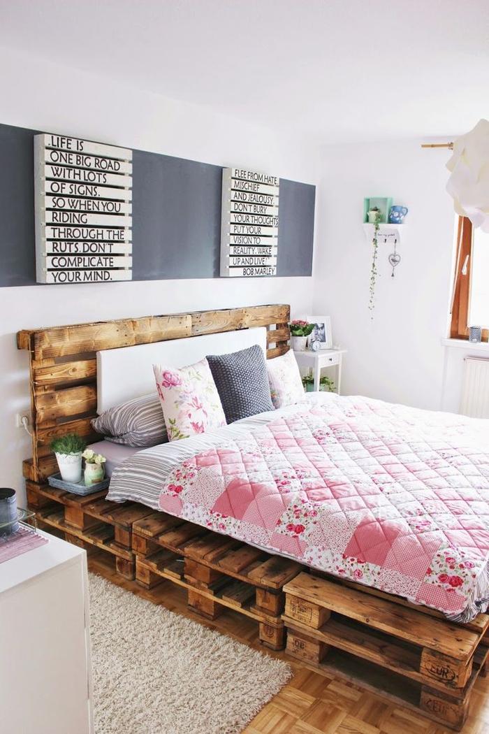 une chambre à coucher girly très accueillante avec lit en palette europe et une déco murale originale en panneau d'affichage à lettes