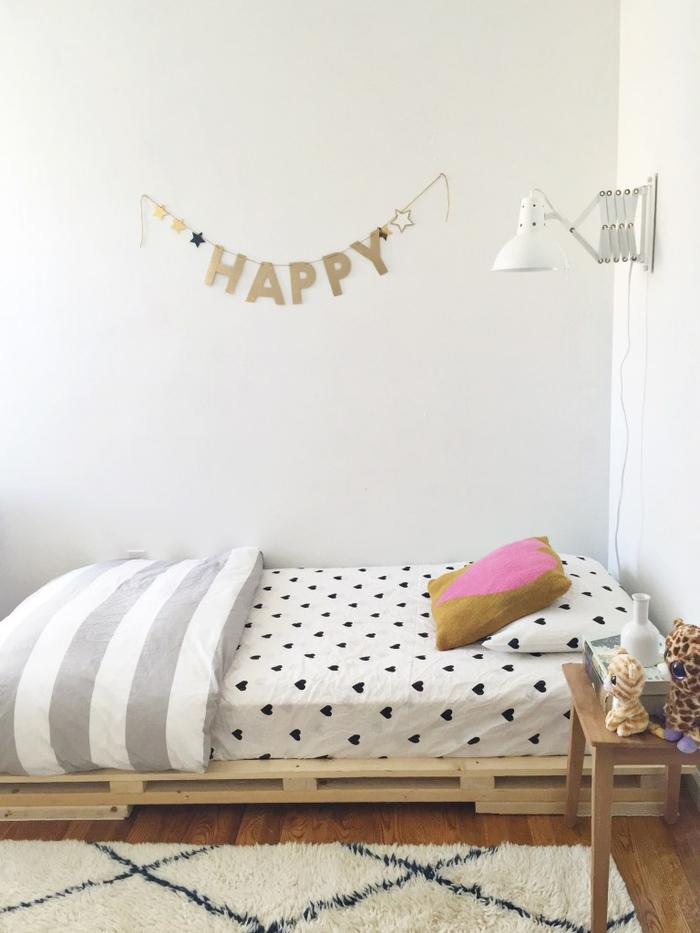 une chambre d'ado fille d'inspiration scandinave avec un lit palette europe à ras du sol