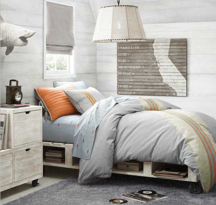 une ambiance naturelle et relaxante dans une chambre d'ado tout en bois clair équipée d'un lit en palette mobile sur roulettes