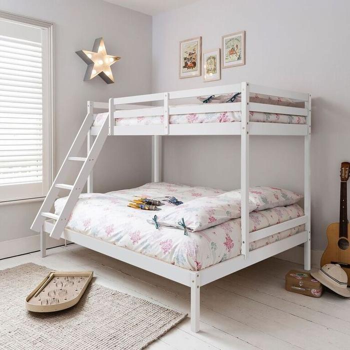 une chambre d'enfant au design épuré avec un lit mezzanine en bois récupéré, dee avec palette récupéré pour la chambre bébé moderne