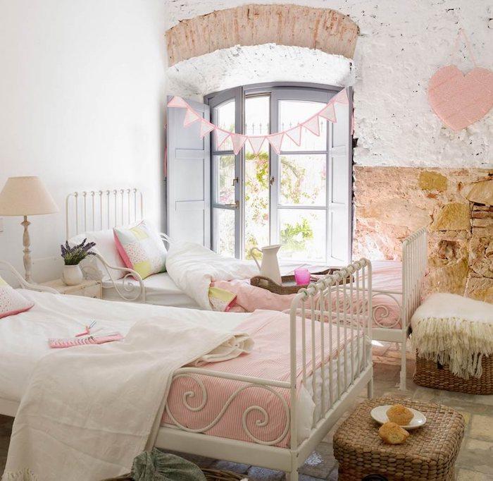 style rustique dans une chambre fille, plaid blanc avec frange dans un panier en fibre végétale