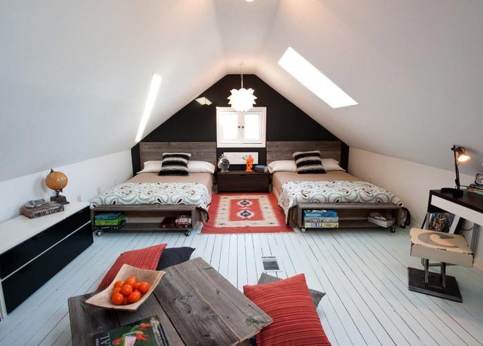 aménagement d'une chambre sous combles avec deux lits en palette d'ambiance moderne en noir et blanc, meubles palettes pour l'extérieur d'un design moderne