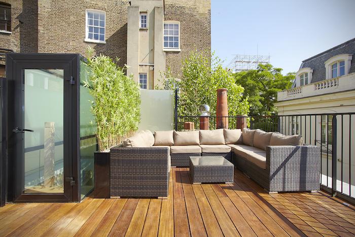 comment aménager sa terrasse dans un style zen, revêtement bois composite, idee salon de jardin tressé, bambou