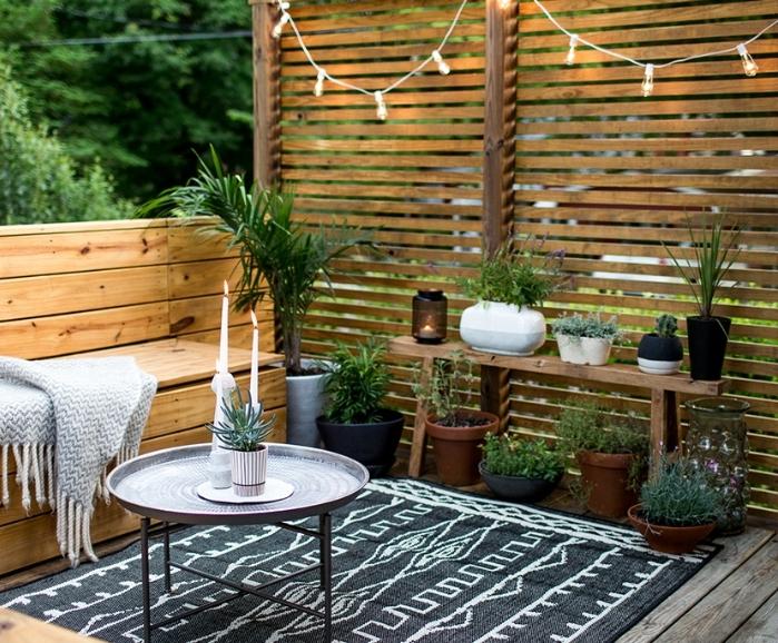 Deco Terrasse En Bois, Canapé Et Brise Vue En Bois, Tapis Noir à Motifs