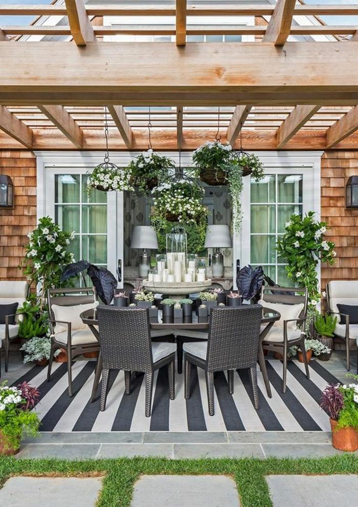 exemple d aménagement de jardinavec pergola en bois clair et des luminaires classiques