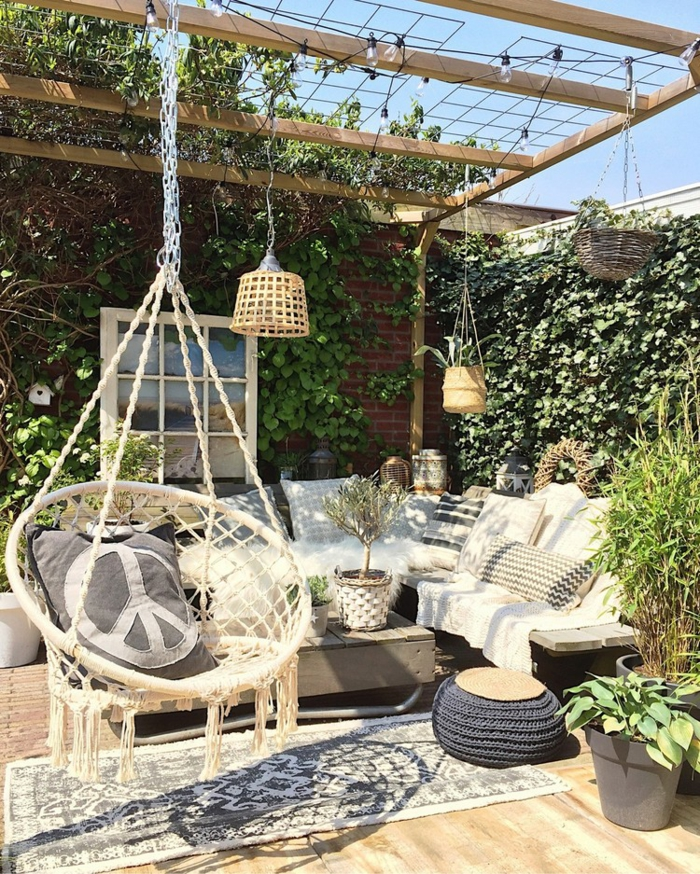aménager son jardin dans un style bohème relax sur des grands coussins carrés et ronds