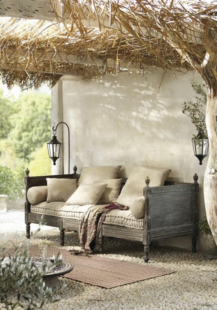 aménager un petit jardin avec des meubles vintage et avec des lampadaires noirs rétro