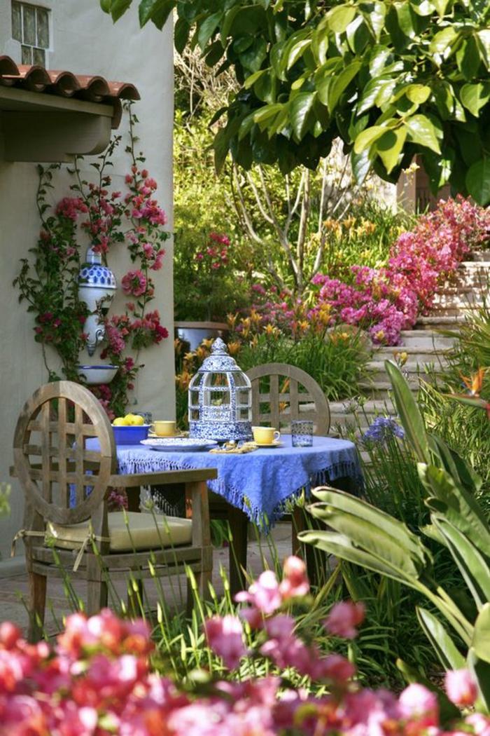 amenagement jardin dans un style bohème chic avec une déco en couleur bleue