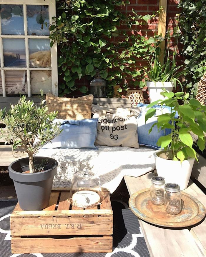 aménager un petit jardin dans un coin du jardin orné de beaucoup de plantes
