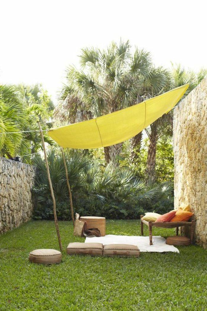 idee de parterre de fleur avec voilage jaune comme protection du soleil avec des meubles tout simples