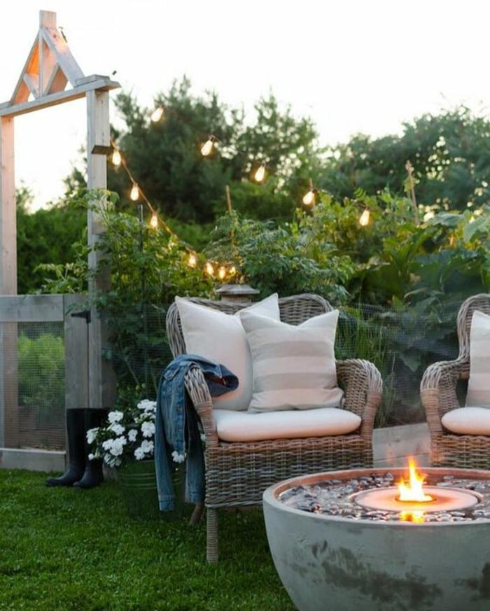 exemple d aménagement de jardin avec des meubles en rotin gris clair avec cheminée en forme ronde