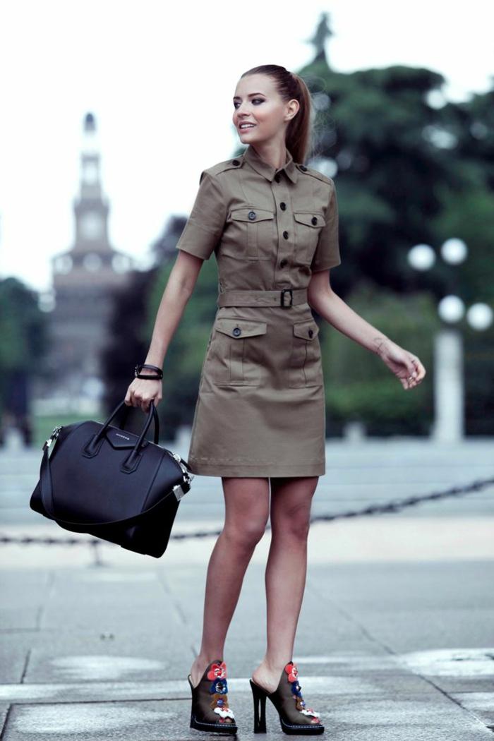 Belle robe saharienne kaki la robe safari femme tendance chaussures en talon geant sac à main cuir noir