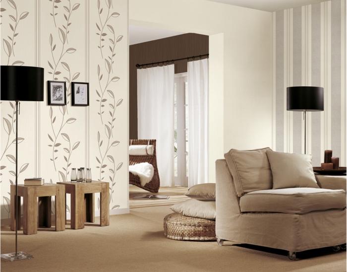 deco salon moderne dans des tonalités neutres, salon blanc, gris et beige, tapis, poufs beiges, fauteuil couleur grise, table basses bois et mur blanc et gris