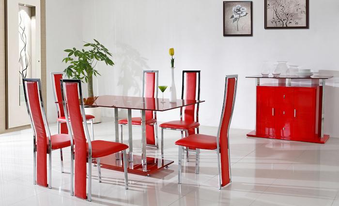 idée association de couleur, chaises rouges dans une salle à manger table en verre, vaisselier rouge, mur couleur blanche, deco murale graphique
