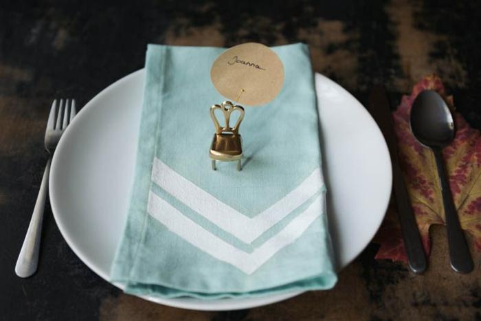 Inspiration marque place personnalisé image déco de table mini chaises