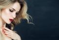 Donnez un éclat naturel à vos cheveux avec les reflets ensoleillés du balayage blond