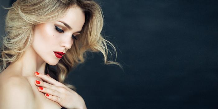 couleur cheveux blond miel, coiffure femme avec ondulations, coloration racines brunes avec pointes blondes