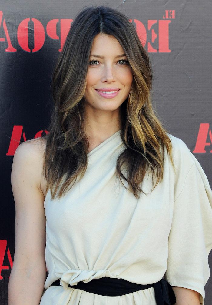 couleur de cheveux tendance, coiffure célébrité femme, coiffure avec racines foncées et pointes blondes